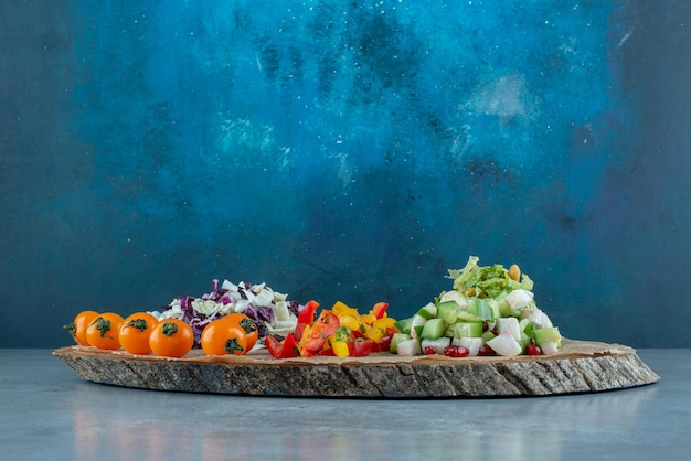 Salada de legumes com couve-flor picada e picada, couve e outros ingredientes.