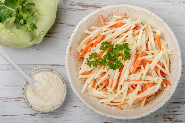 Salada de legumes com couve-rábano com cenoura e maçã