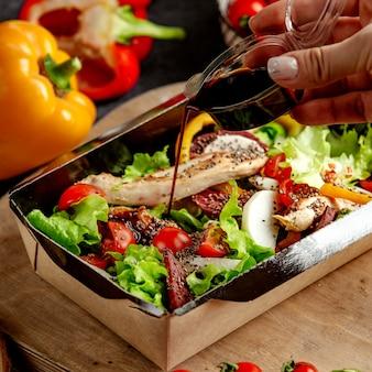 Salada de legumes com ervas e carne