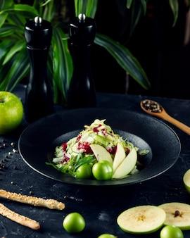 Salada de legumes com ervas e maçã fatiada