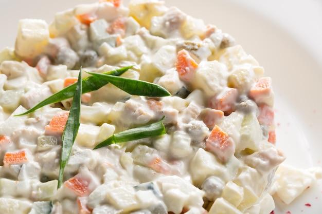 Salada de legumes com ervilhas e ervas na chapa branca