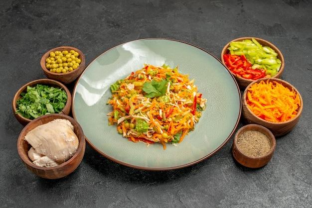 Salada de legumes com ingredientes na mesa cinza salada de saúde de frente
