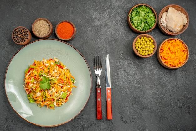 Salada de legumes com ingredientes na salada cinza de dieta saudável