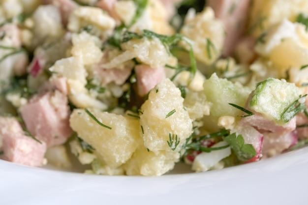 Salada de legumes com linguiça