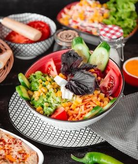 Salada de legumes com milho e queijo