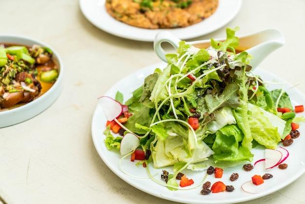 Salada de legumes com molho picante