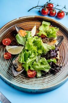Salada de legumes com ostras laterais
