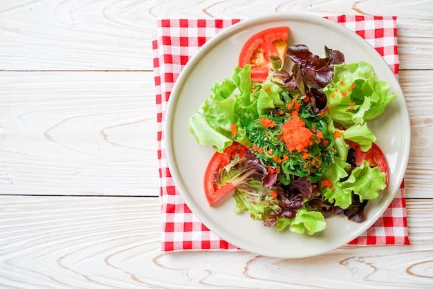 Salada de legumes com ovos de camarão e algas japonesas