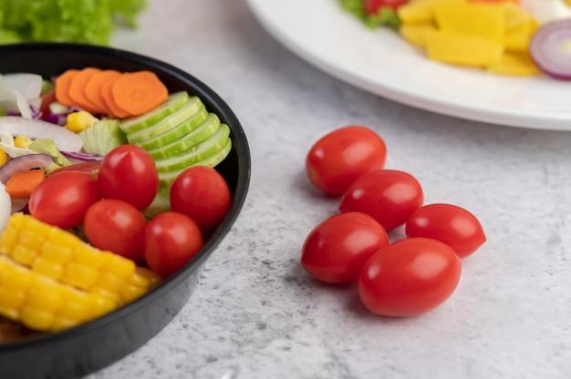 Salada de legumes com pão e ovos cozidos na panela.