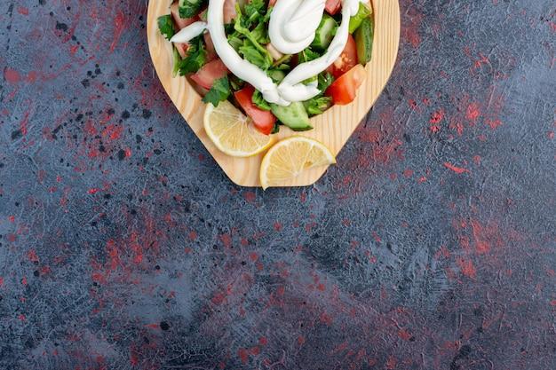 Salada de legumes com queijo branco e limão.