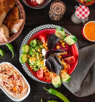 Salada de legumes com queijo branco e manjericão