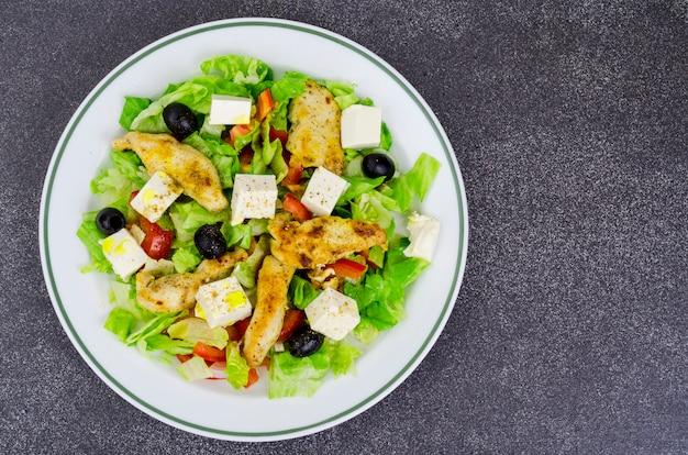 Salada de legumes com queijo e peito de frango