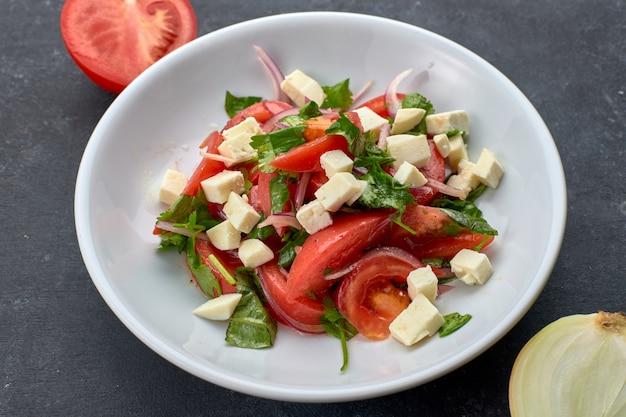 Salada de legumes com queijo, em prato branco