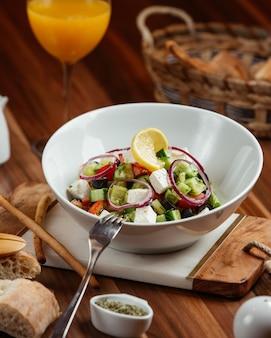 Salada de legumes com queijo feta e cebola