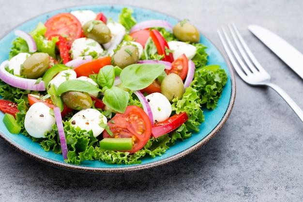 Salada de legumes com queijo mozzarella, tomate, basilikum e especiarias