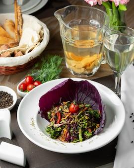 Salada de legumes com repolho roxo