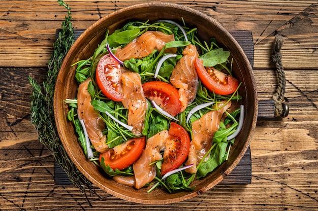 Salada de legumes com salmão defumado, rúcula, tomate e vegetais verdes
