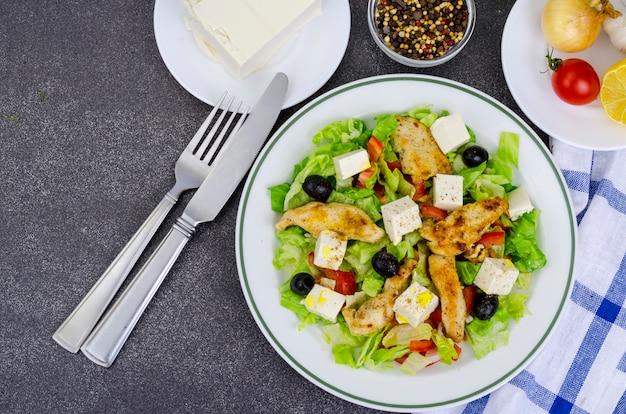 Salada de legumes com tofu e peito de frango.