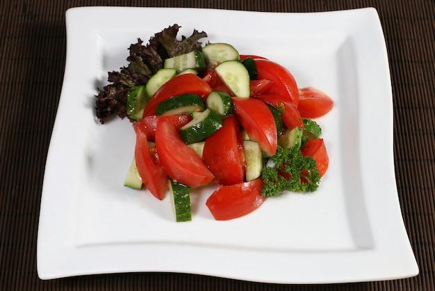 Salada de legumes com tomate e pepino