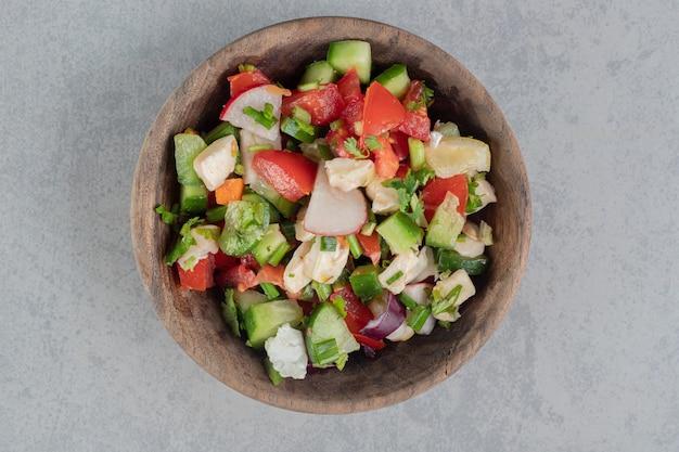 Salada de legumes com tomate picado e pepino