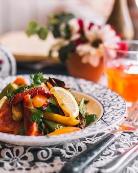 Salada de legumes com tomate, pimentão refogado, salsa, limão e azeite
