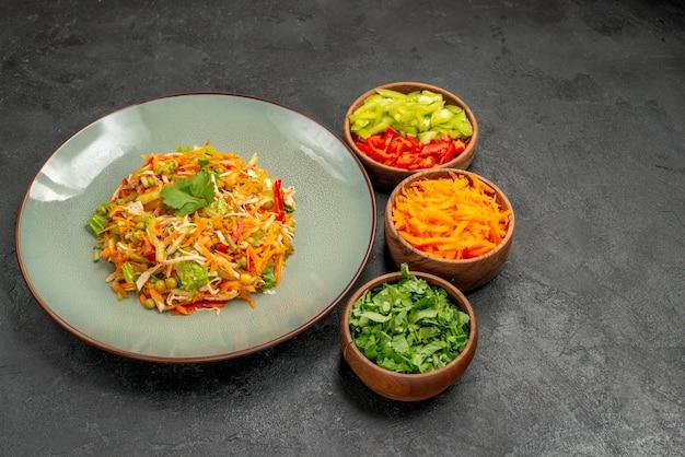 Salada de legumes com verduras em uma dieta alimentar de salada de saúde de mesa cinza