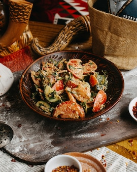Salada de legumes da geórgia em cima da mesa