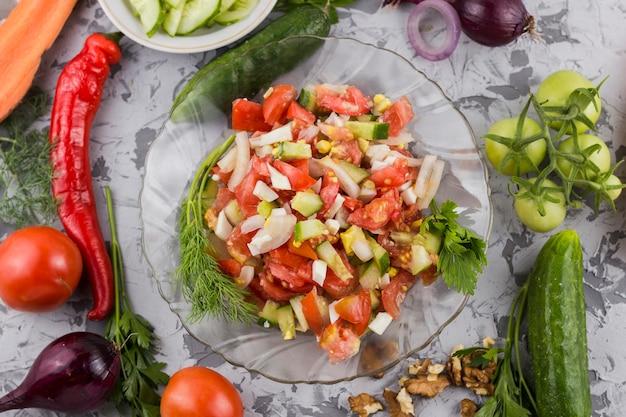 Salada de legumes deliciosos com ingredientes