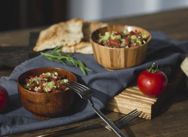Salada de legumes dois pax em boliche de bambu com garfos