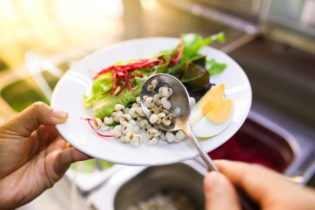 Salada de legumes e ovo