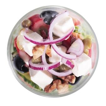 Salada de legumes e queijo na xícara