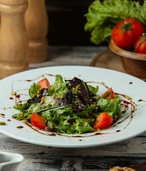 Salada de legumes em cima da mesa