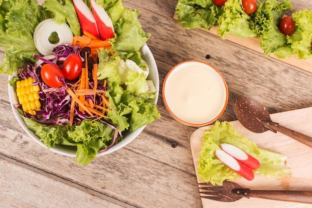 Salada de legumes em fundo de madeira