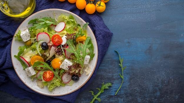 Salada de legumes em um prato. conceito de deliciosa comida saudável. vista do topo. copie o espaço