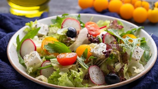 Salada de legumes em um prato. conceito de deliciosa comida saudável. vista do topo