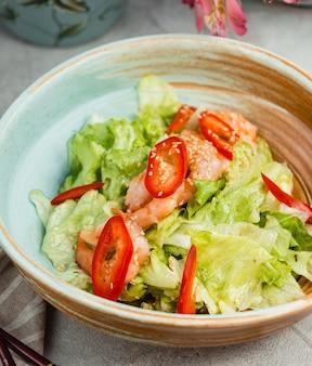 Salada de legumes em um prato redondo