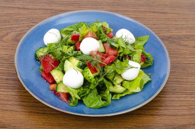 Salada de legumes fresca com bolas de mussarela.