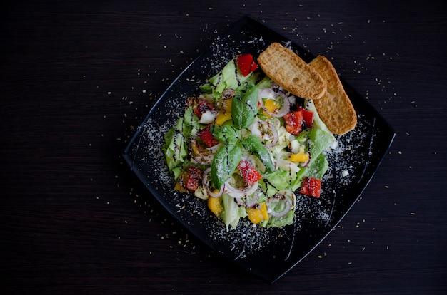 Salada de legumes fresca com pães