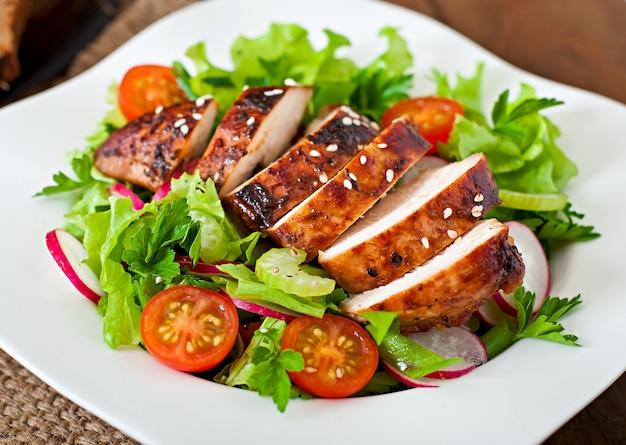 Salada de legumes fresca com peito de frango grelhado.