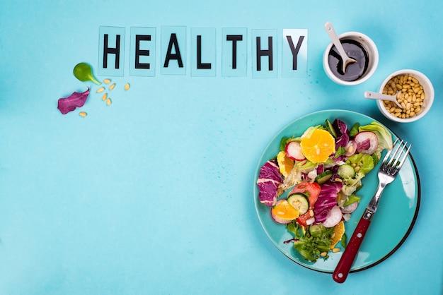 Salada de legumes fresca com repolho roxo, pepino, rabanete, cenoura, pimentão,