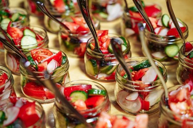 Salada de legumes fresca de tomates, pepinos e rabanetes.