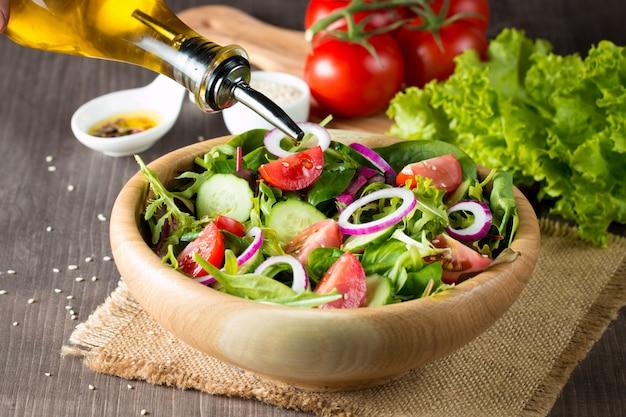 Salada de legumes fresca e saudável