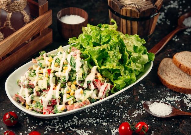 Salada de legumes fresca em cima da mesa