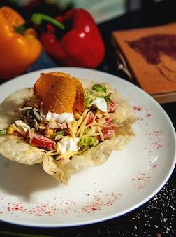 Salada de legumes fresca em crosta de pão sírio, guarnecida com batatas fritas