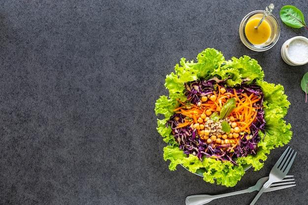 Salada de legumes fresca em um prato