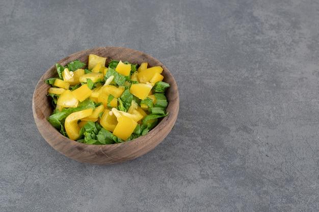 Salada de legumes fresca em uma tigela de madeira. foto de alta qualidade
