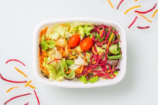 Salada de legumes fresca, isolada no branco