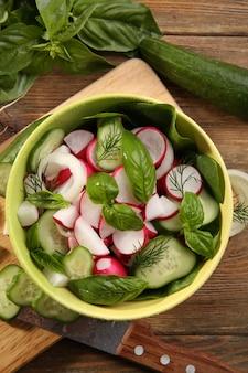 Salada de legumes fresca na mesa close-up