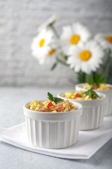 Salada de legumes fresca temperada com comida diet de creme de leite