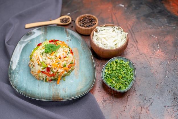 Salada de legumes fresca vista frontal dentro do prato com verdes na cor escura da refeição alimentar